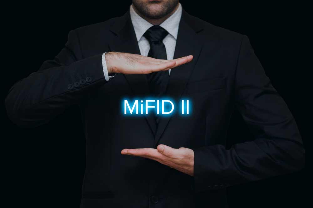Homme en costume encadrant MiFID II